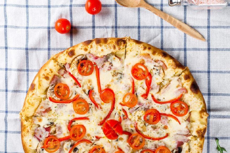 Pizzeria Star mit leckerer knuspriger Pizza aus dem Holzofen in Borken.